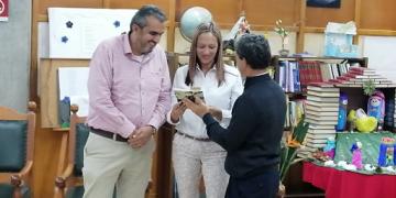 Jesús Gonzalo Martínez, autor, entrega el libro a la Rectora Flor Eliana Palacio y al Secretario de Educación de Rionegro Jenaro Tabares Jaramillo