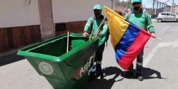 Trabajadores de la Empresa Río Aseo Total, cumpliendo sus labores y ondeando con orgullo la Bandera de Colombia